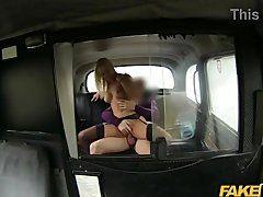 Comendo a loira safada no falso táxi