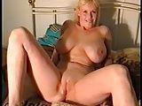 Peituda loira se masturbando toda arreganhada